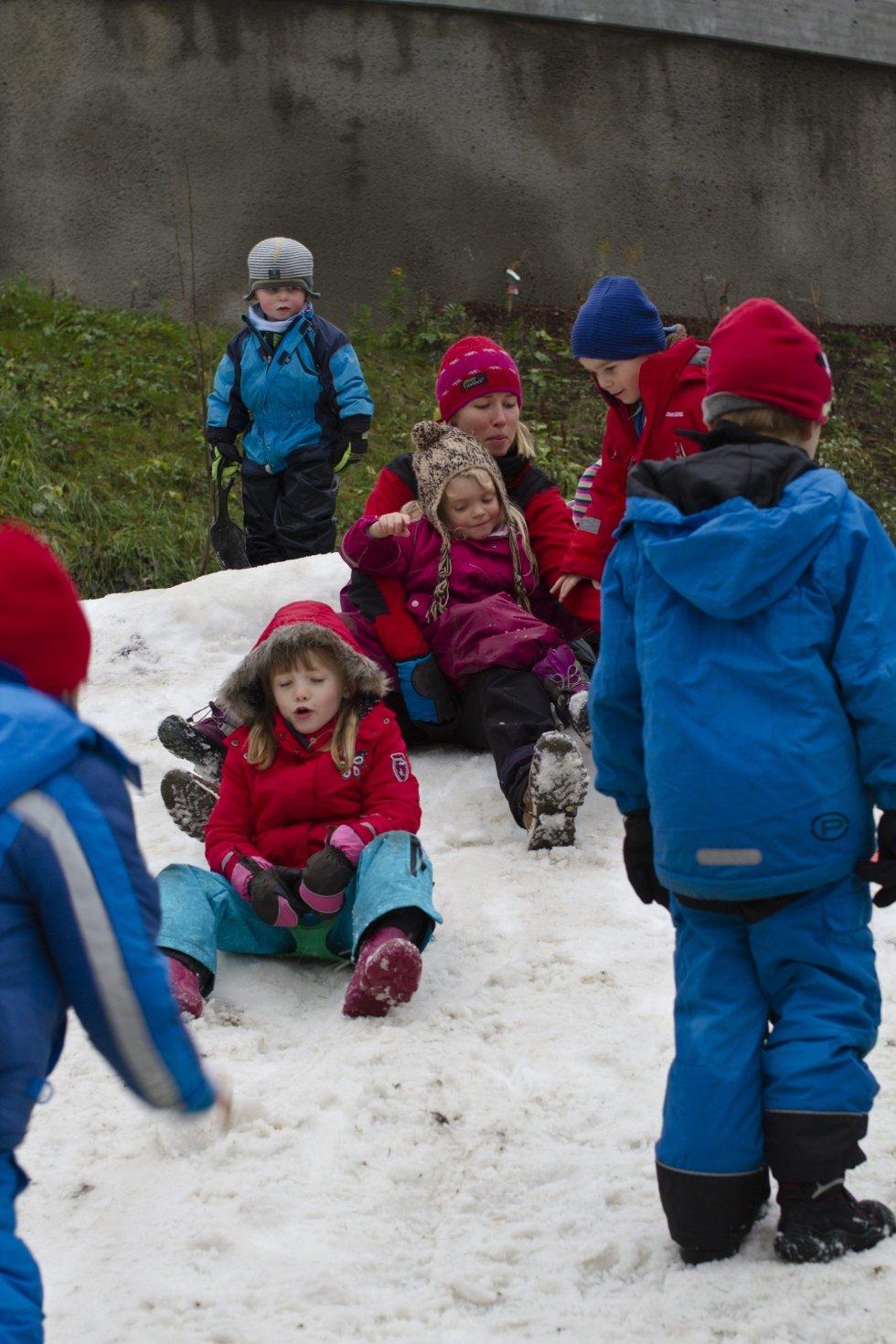 Nora Thorsteinsen Toft, prosjektleder i Stig og Stein Idélab (midten, rød lue) var med på leken. Snøstuntet er en del av et større samarbeid mellom Stig og Stein og OBOS om å skape et godt miljø i Kværnerbyen.