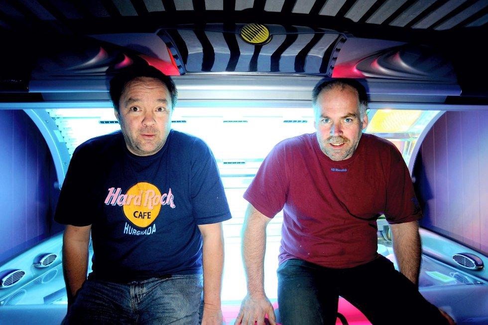 Andreas Akre (t.h.) og Kent Hansen driver Sam Solarium sammen. Akre er kritisk til det nye vedtaket.