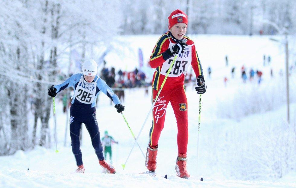 TØFF DUELL: Røa-løper Jonas Mæhlum holder her konkurrentene bak seg i den første motbakken. Flere hundre unge skiløpere gikk søndagens renn i Sørkedalen.