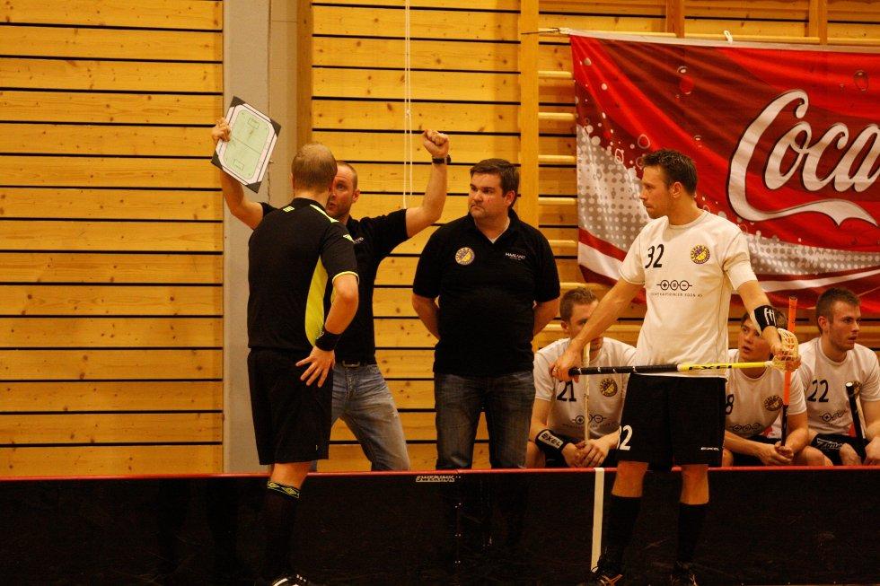 USPORTSLIG: Tunet-trenerne Andrè Sveen og Espen Haaland likte dårlig at Fjerdingsby spillere jublet foran benken og keeperen. Kaptein Jon Ringwall følger med.