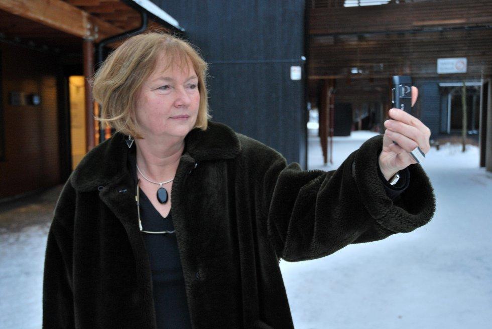 Rektor Anne Helga Jarnholt ser forgjeves etter mobildekning på skolens område.