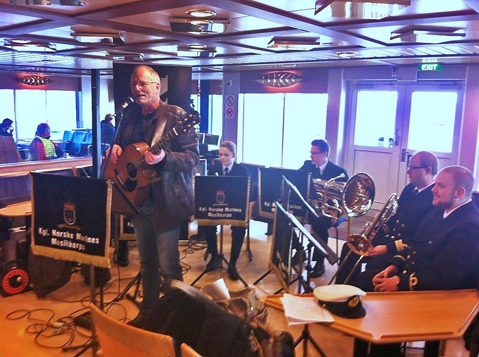Lars Martin Myhre holder konsert på ferja sammene med Marinemusikken.