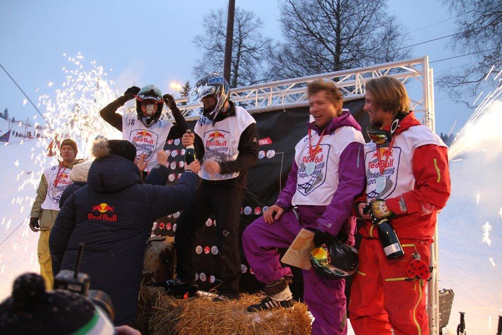 VINNER: Motorcrosseren Ailo Gaup tok i mot champagne, heder og ære på toppen av pallen (høyballen) i år også.