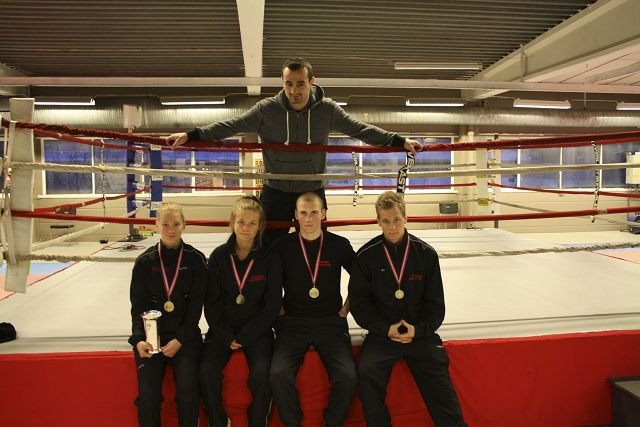 Trener Kay Tverberg (bak) kunne være godt fornøyd etter NM. For søsknene Ulvund, Kristin (f.v.), Hanne og Finn Olav sanket alle inn medaljer i NM. Og Simen Jonsrud vant gull i senior.