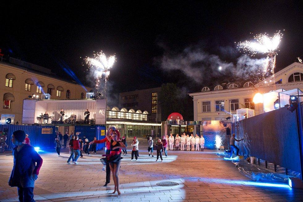 Under Stedsans Drammen brukte Brageteateret Strømsø torg som en scene.