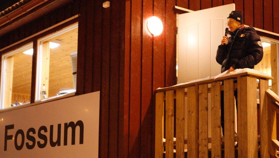 HØYTIDELIG ÅPNING: Tirsdag kveld ble kunstsnøanlegget på Fossum offisielt åpnet. Hundrevis av barn gikk sammen med stafettverdensmester Tord Asle Gjerdalen i den to kilometer lange løypen. (Foto: FOTO: ANETTE ANDRESEN)