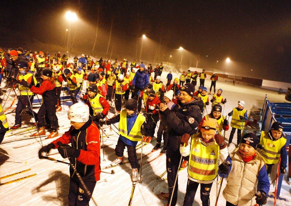 HØYTIDELIG ÅPNING: Tirsdag kveld ble kunstsnøanlegget på Fossum offisielt åpnet. Hundrevis av barn gikk sammen med stafettverdensmester Tord Asle Gjerdalen i den to kilometer lange løypen.