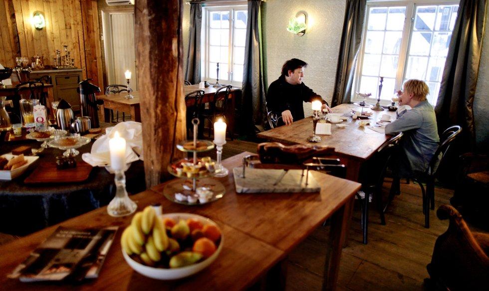 Gjestene Asle Sæther og Trude Vagstein nyter frokosten.