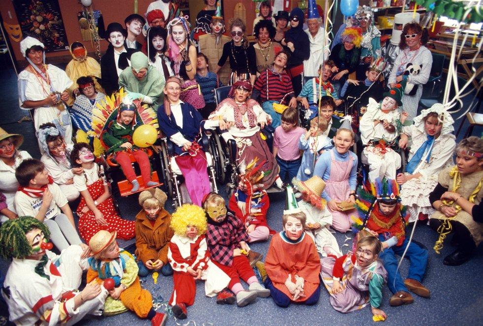 Karneval på Furutun skole i Fredrikstad: Lærere og elever har kledd seg ut i fargerike kostymer. Foto: Harald Nielsen, FB 21.02.1987
