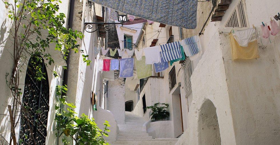 Den lekre italienske kystbyen cirka en time sør for Roma er full av restaurerte fereileiligheter.