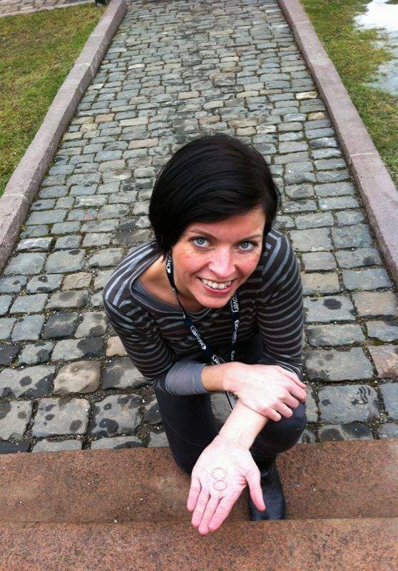 FRIR PÅ DIREKTEN: Linn Skaalerud går ned på kne, og spør sin Henrik om han vil gifte seg med henne.