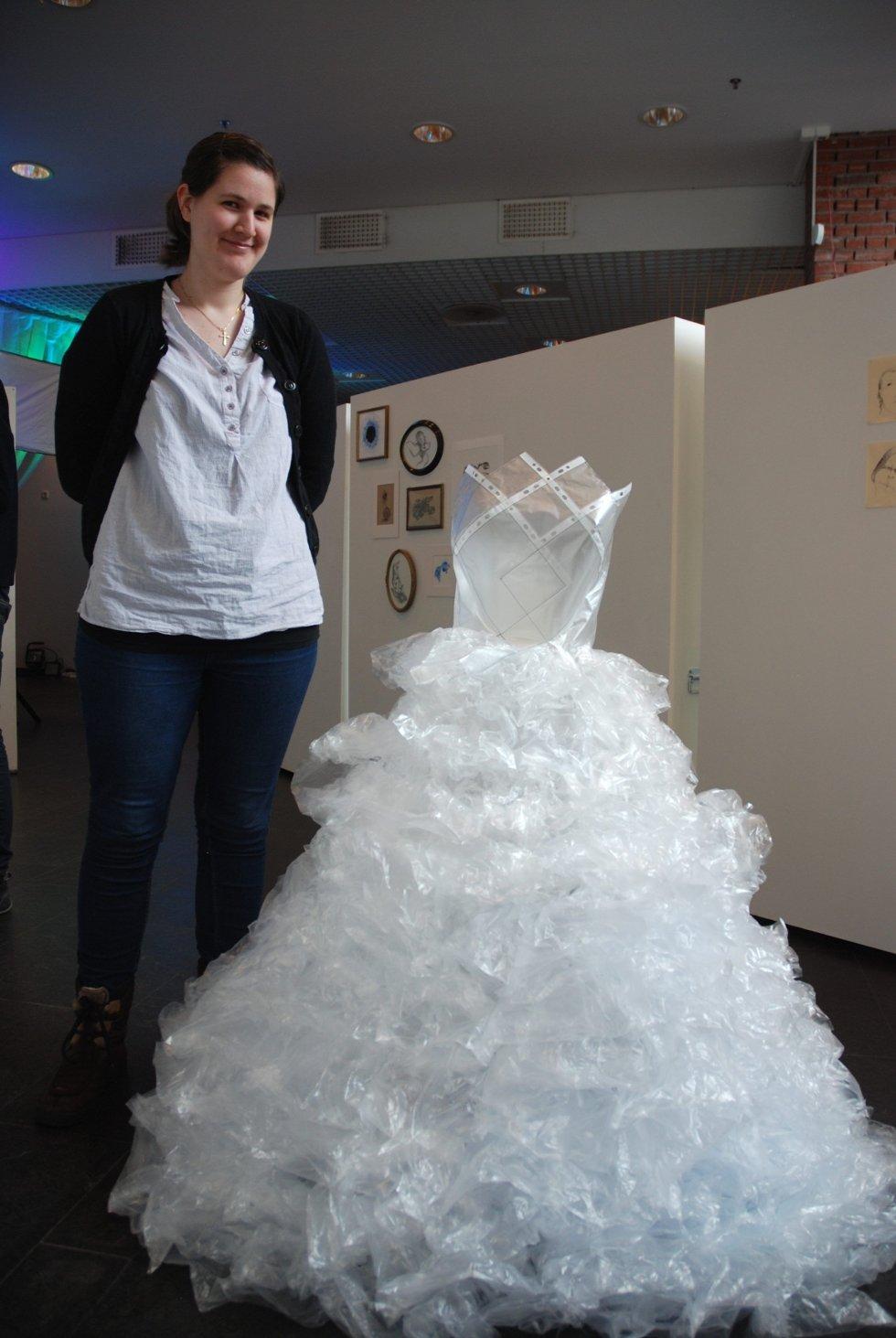 PLASTBRUD: Karen-Marie Stokke med sin brudekjole-kreasjon.