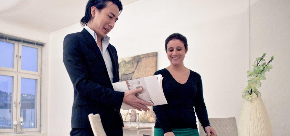 Sara Hertzberg er interessert i å kjøpe seg en ekstra leilighet for utleie. Her i samtale med megler Tam Le.