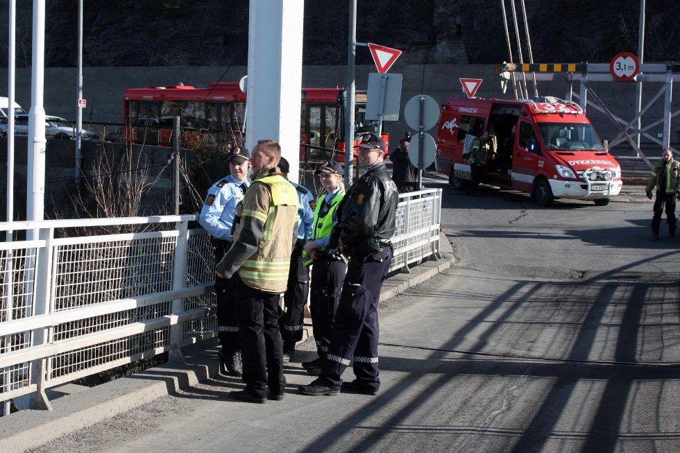 LETEAKSJON: Politiet og brannvesenet lette onsdag formiddag etter en person som skal ha blitt sett i vannet ved Ulvøya.