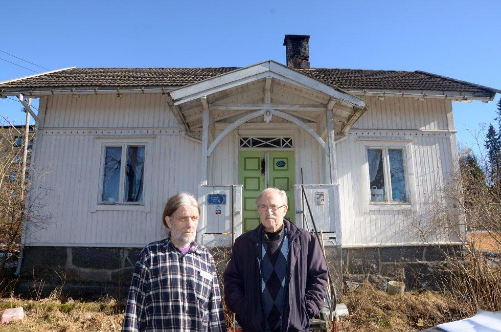 FORTVILET: Tom Leon Gravingen (t.v.) og Tore Bjerkum mener kommunen begår økonomisk ran når de fratar folk råderetten over egen eiendom, som her i Tor Jonssons veg 9.