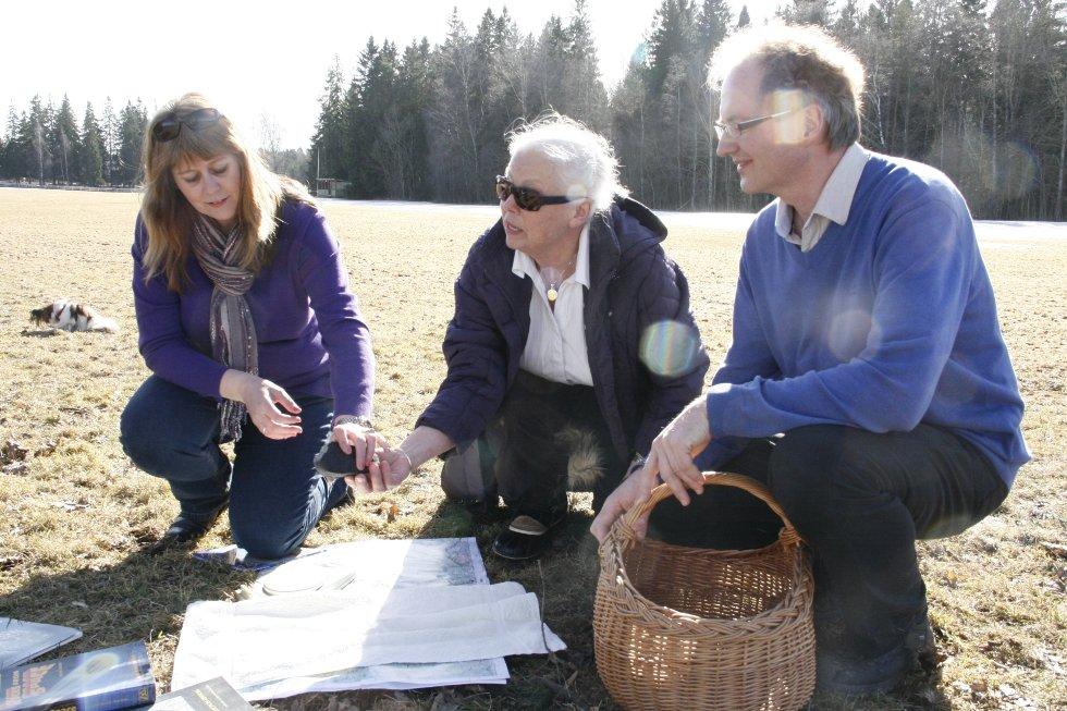 Knut Jørgen Røed Ødegaard og kona Anne Mette Sannes, sammen med Liv Kibsgard.     - Det er helt rått at Liv, som er så entusiastisk, fant denne, sier Ødegaard.