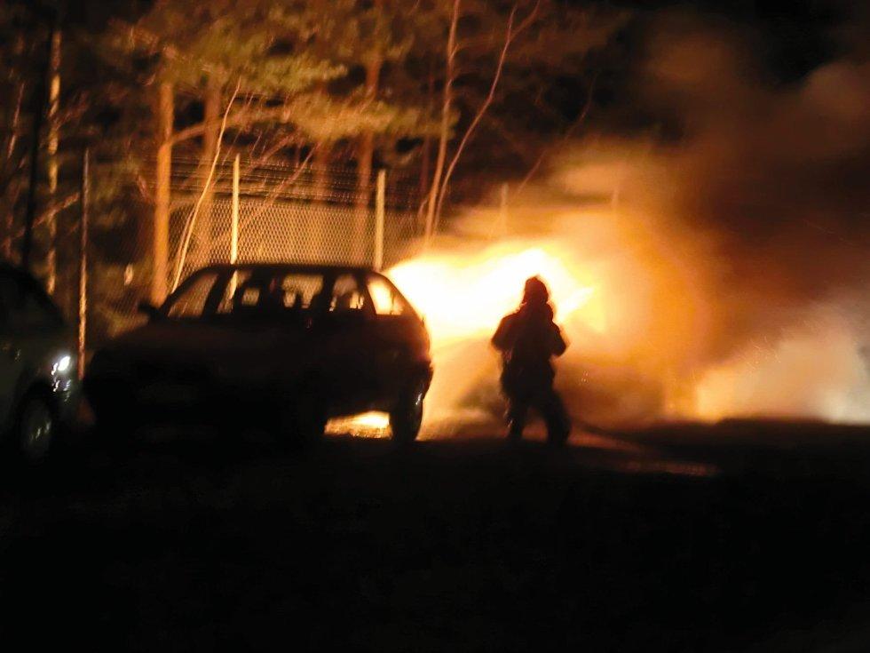 FULL FYR: En Opel Corsa er helt utbrent etter bilbrann i Liakollveien natt til mandag.