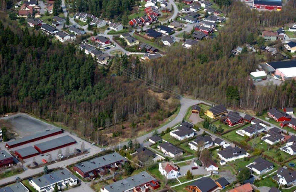 FORLENGER BOLIGOMRÅDET: Her lengst vest på Finstad i Ski planlegges det nå 140 nye boliger. REvheim møbelfabrikk ligger ytterst til høyre.