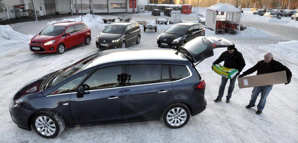 Testvinner Opel Zafira i forgrunnen. Bak Ford Grand C-Max, VW Touran og Peugeot 5008.