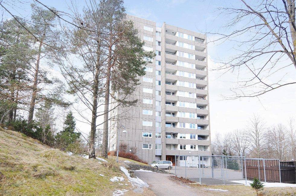 En leilighet i tiende etasje i denne blokka på Haugerud gikk nylig for flere hundre tusen kroner over takst. Megler Haleem Wahid sier flere og flere blir interessert i å kjøpe leiligheter i Groruddalen