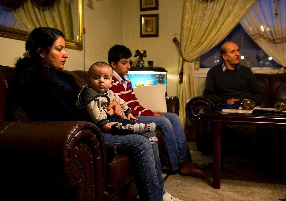 Kona Shawanan Abdullha (t.v.) og sønnene Darin Fateh (6 md.), Delan Fateh (12) og den utviste 39-åringens bror, Naseh Abdulla fikk ikke ta farvel med 39-åringen før han ble uttransportert.