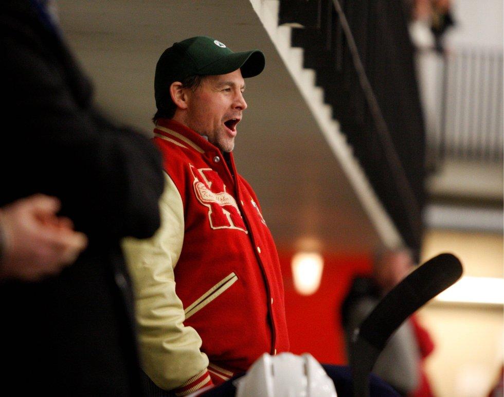 RØRT ILDSJEL: Lagleder Cato Kvernes (46) jublet godt på benken da seriemesterskapet var sikret.