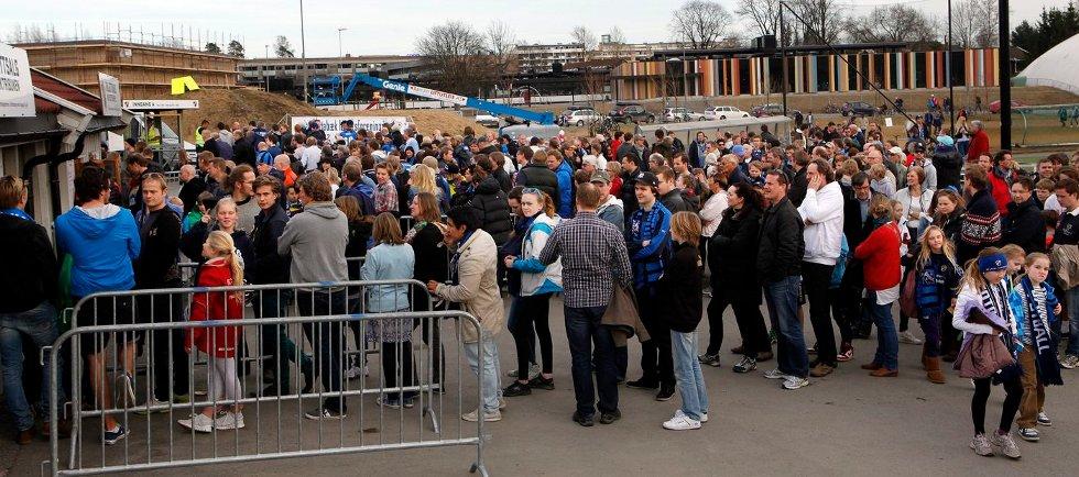 STOR STEMNING: Det var fullt hus og stor stemning da Stabæk var tilbake på Nadderud. FOTO: KNUT BJERKE
