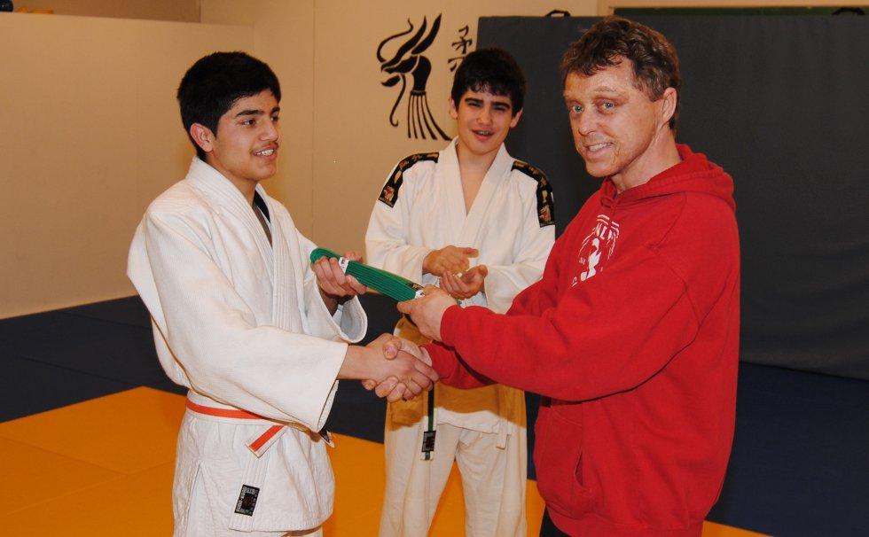 To dager NM-bronsen ble Siawash Naqibi (t.v.) tildelt grønt belte fra hovedtrener Sven-Ove Johansen.