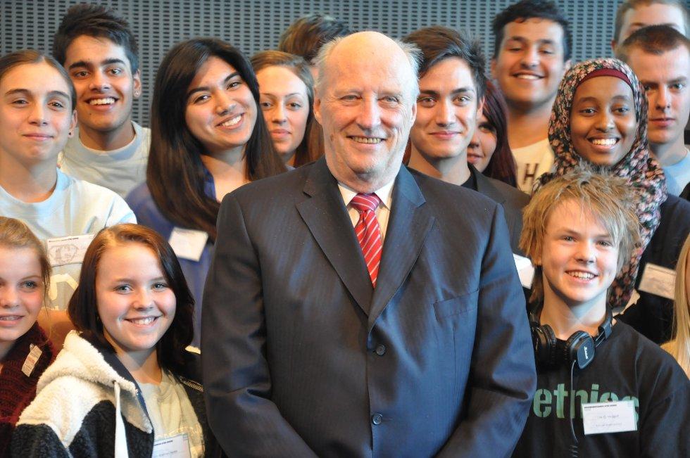 Kong Harald poserte villig sammen med medlemmene i Grorud ungdomsråd.