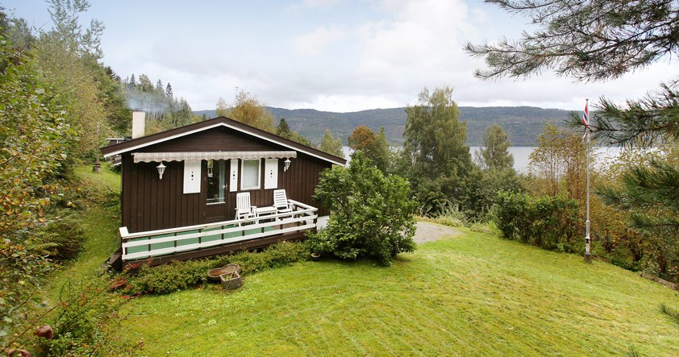 Tyrifjorden i Vikersund. Denne hytta har en prisantydning på 1,79 millioner kroner.