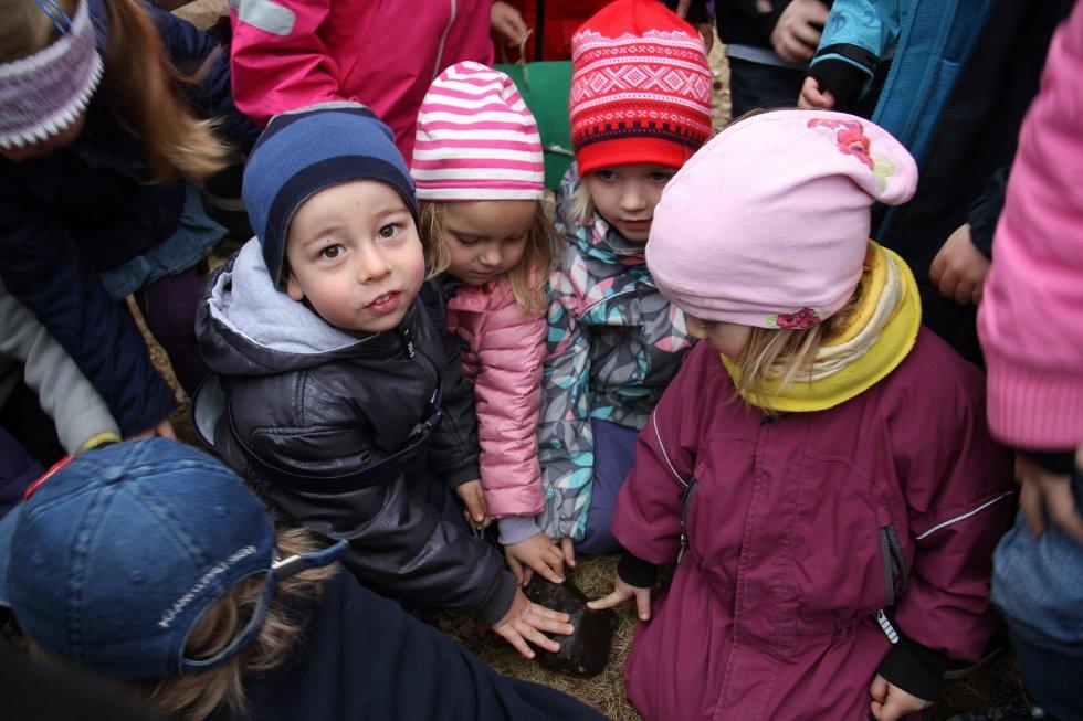 SKATTEJAKT: En ordentlig skatt ble funnet i Frierveien Barnehage på Ekeberg. Her får David (3) og de andre barna ta på en stein som meteorittekstpert Morten Bilet hadde med seg. Meteoritten som ble funnet i barnehagen er vesentlig mindre.
