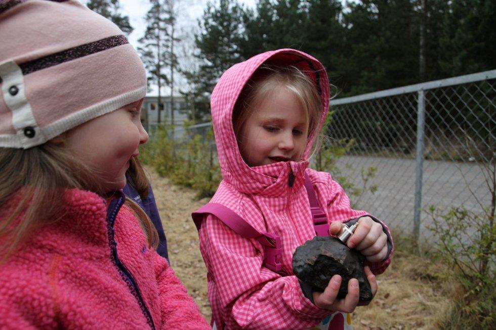 MAGNETISK: Elida ( 4 1/2) og Karoline (5) tester ut meteorittens magnetiske kraft. – Hvorfor er den så hard da?