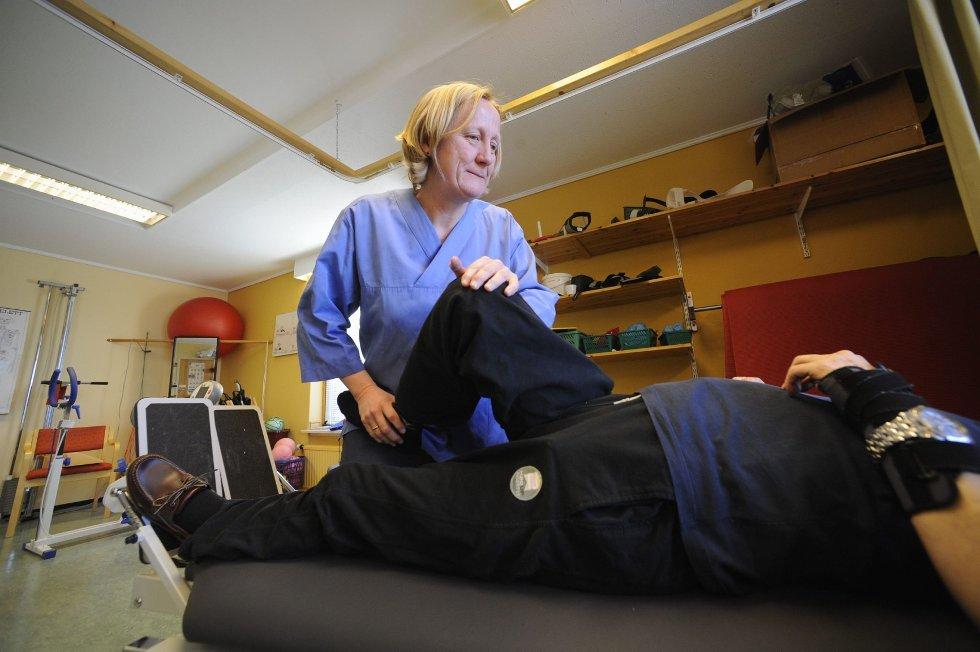 Sølvi J. Ørstenvik jobber med pasientene på lik linje med kollegene. Men ved PC- på kontorplassen har hun tilrettelagt utstyr. – Jeg føler meg respektert og anerkjent for den jobben jeg gjør, sier fysioterapeuten. Foto: Per Langevei