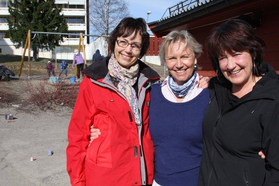 GODT MILJØ: Fagleder Elin Johanne Strandås har 36 års fartstid i barnehagen, pedagogisk leder Ingunn Thronsen har 35 års fartstid i Linjen, mens assistenten Eva Finstad. FOTO: JULIE MESSEL