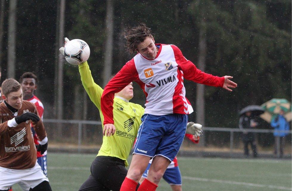 Nesten: Venstrebacken Morten Johansen er fremme og tester Borgens keeper Markus Løken.