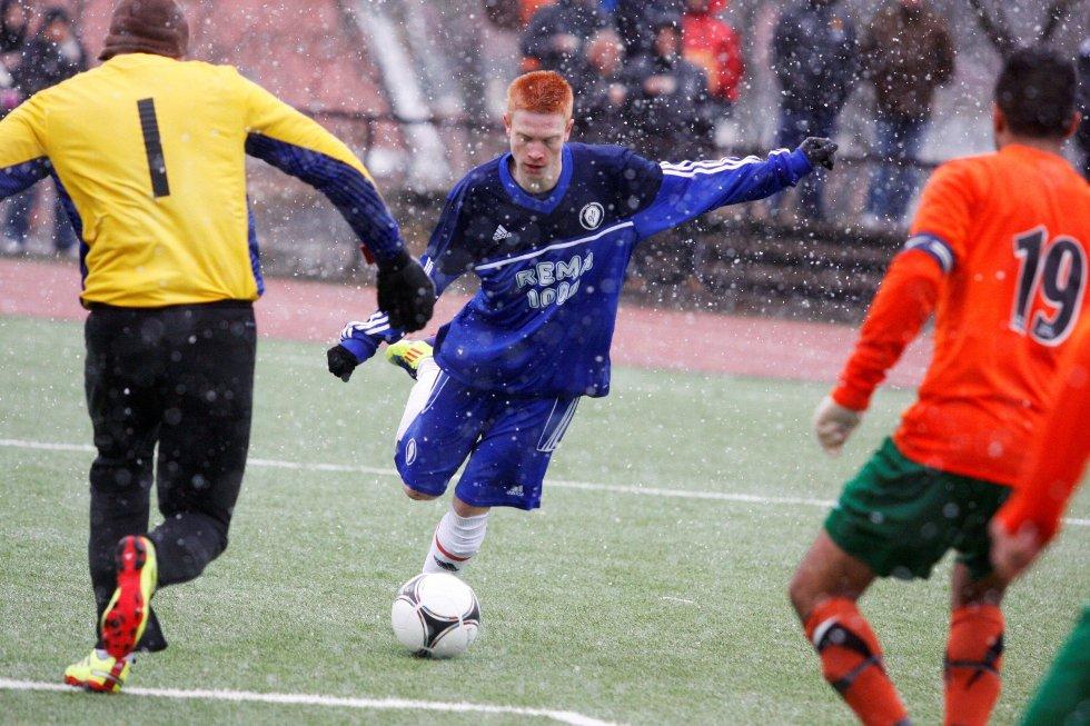 BALANSEKUNST: Oppsal-gutten Kristian Bjørseth (19) imponerte i sin A-lagsdebut. Mot Romsås scoret teknikeren 1–0-målet.
