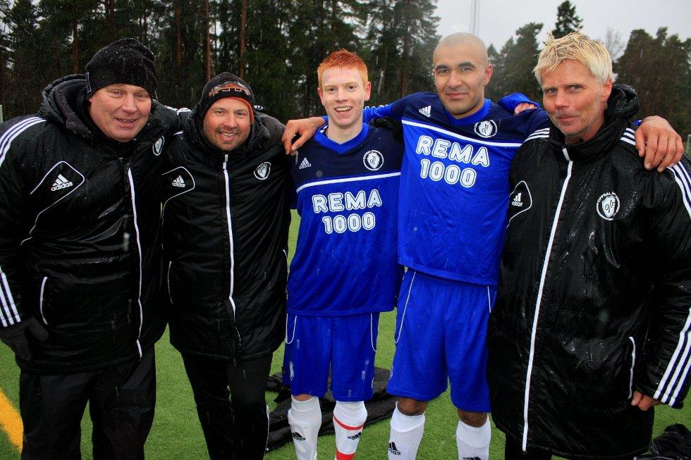 GODT SAMARBEID: Rune Aanerud (spillerutvikler), Tom Høgåsen (trener), Kristian Bjørseth, Mohsin Ali Ghous og Raymond Mikkelsen (trener) etter 2–0-seieren over Romsås.