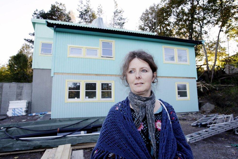 FOR BARNA: Linda Lie velger farger for å stimulere barna.     Foto: Eric Johannessen