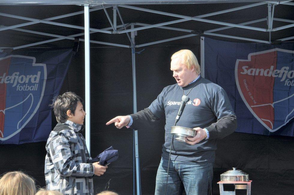Tryllekunstneren Stene Sulesund (t.h.) var på plass, og forbløffet mange tilskuere med sine artige triks.
