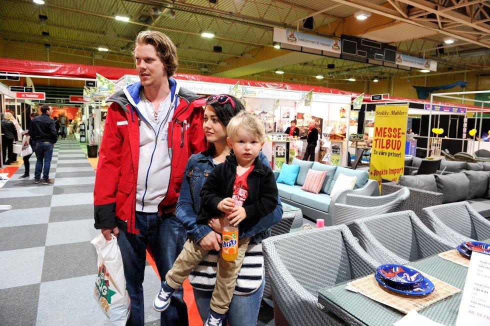 Christian P. Rhode, Malin Holm og lille Alf Holm Klavnes besøkte boligmessa i Runarhallen fredag. foto: Per Langevei