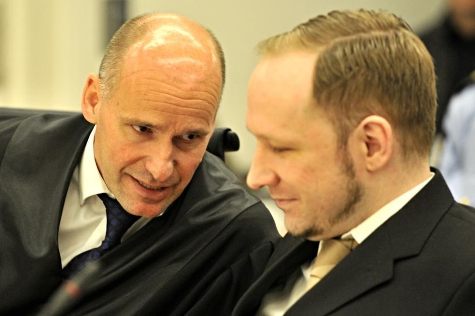 Det første Breivik sa etter at han fikk ordet i retten, var at han ikke anerkjente norsk rett. Etter en kort diskusjon med hans forsvarer Geir Lippestad kom de fram til at han ikke hadde noe konkret innsigelse på habiliteten til retten.