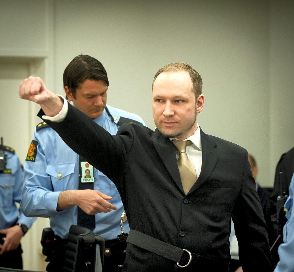 Etter at håndjernene ble tatt av Breivik, gjorde han den samme høyreekstreme hilsenen som han gjorde med håndjern på under fengslingsmøtet.