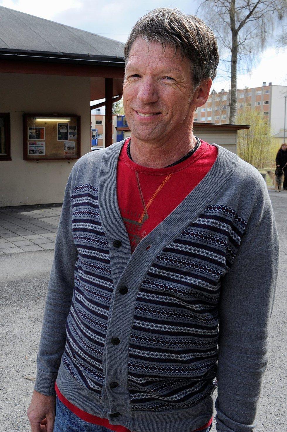 Inge Karlsen ved Varden grendehus er glad på egne vegne for å beholde jobben, men det store smilet skyldes at ungdommene får beholde tilbudet sitt. Foto: Kurt André Høyessen