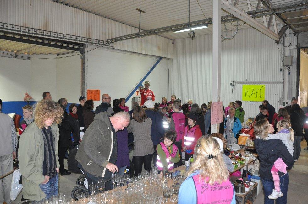 Mange hadde møtt frem. Både inne og utenfor lokalene kunne det se litt kaotisk ut. (Foto: Foto: Haukur Jansson)