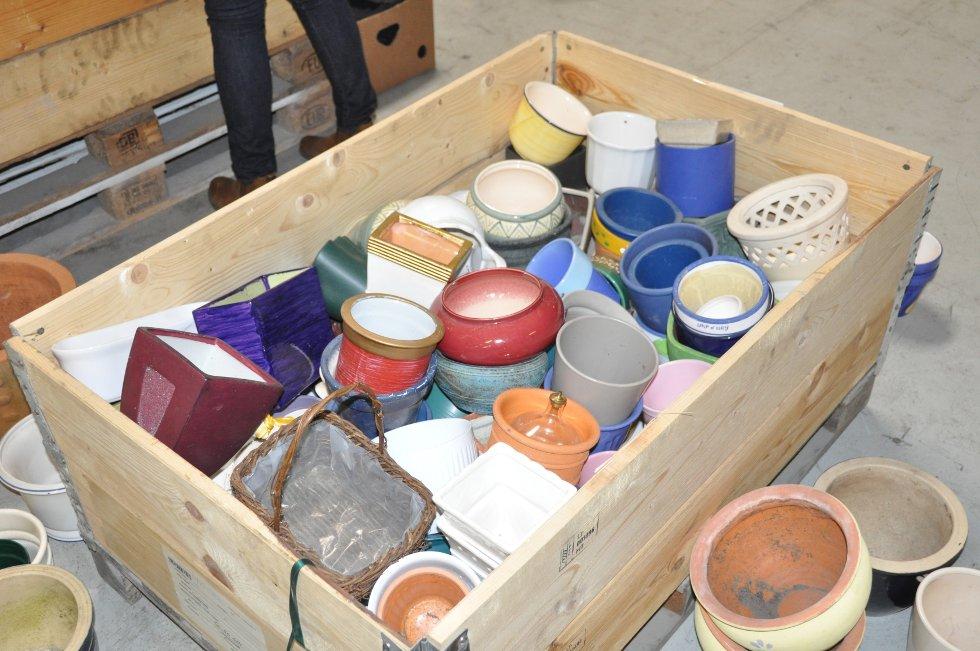 En kasse med potter.