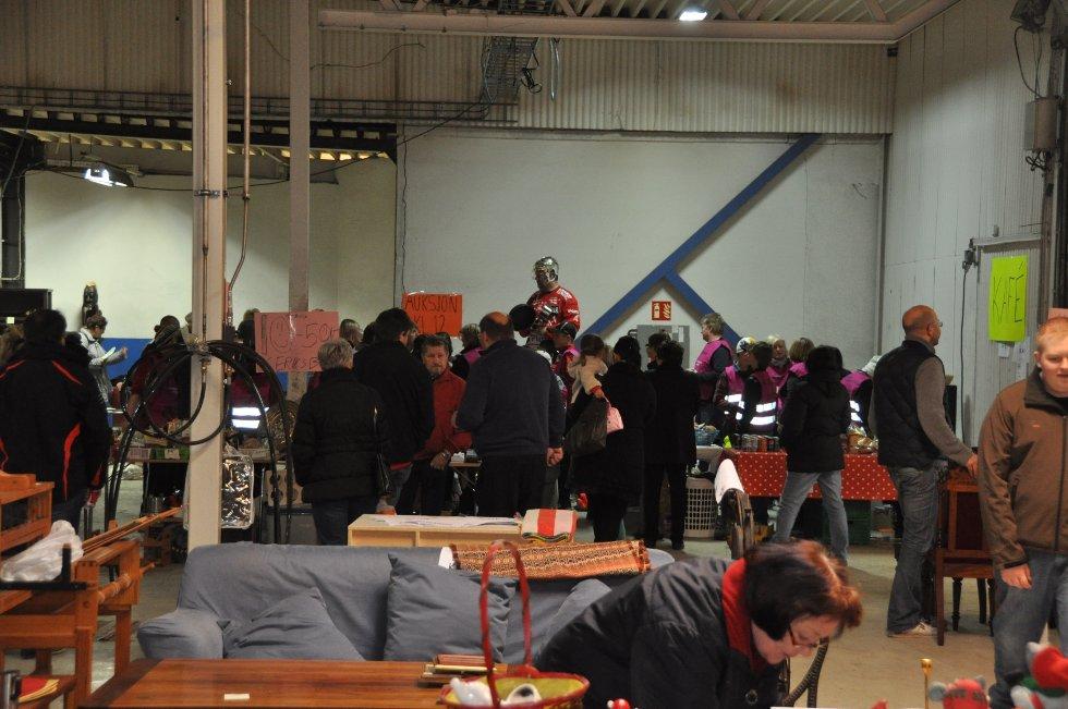 Stjernens loppemarked trakk mange mennesker lørdag. (Foto: Foto: Haukur Jansson)