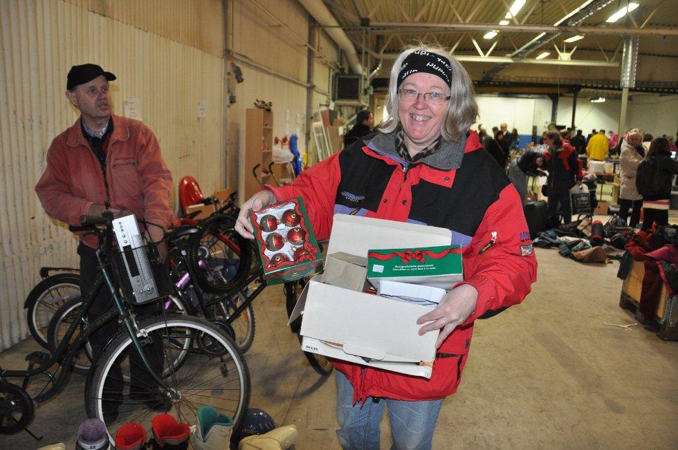 Elisabeth Torp kjøper julekuler. Det gjør hun alltid. Ektemannen Leif har funnes seg en VHS-spiller. (Foto: Foto: Haukur Jansson)