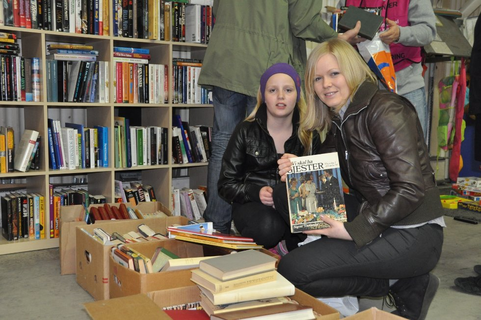 Constance Aarøy Thuv (12) er sammen med mamma, Merete Aarøy. I kassene med bøker finner de hvertfall en Merete vil ha. (Foto: Foto: Haukur Jansson)