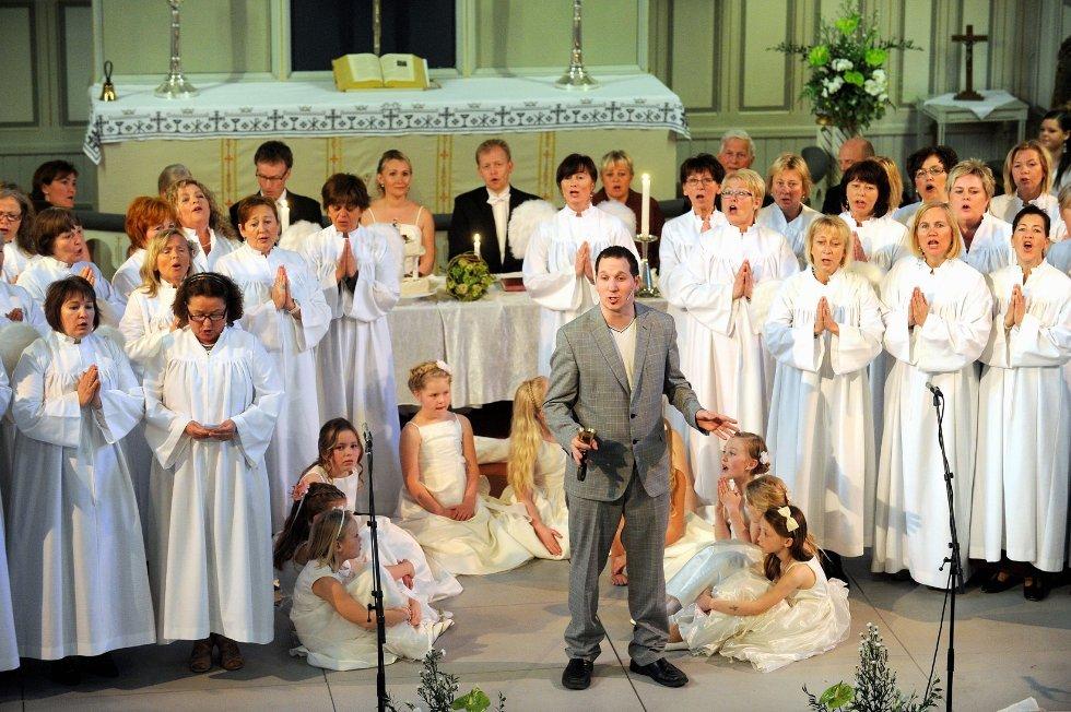 Jesus, her forkledd som Stein Erik Vestly, sto for den åndelige magien under kjærlighetshyllesten i Sandefjord kirke lørdag. Omkranset av brudepiker (barn i Musikk i Sandefjord Kirke), eget englekor (Torsketruten) og brudepar og bryllupsgjester (bak), viste han seg – som et vidunder.ALLE FOTO: ATLE MØLLER