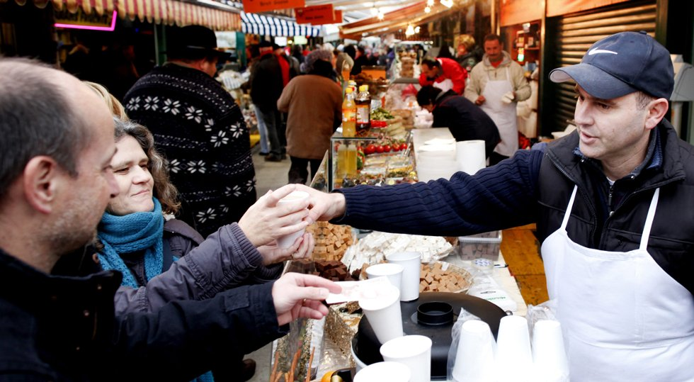 Nachsmarkt er et 500 meter lange matmarked. Her serverer Dr. Falafel, alias Yaakov Yagudayev, punsj.